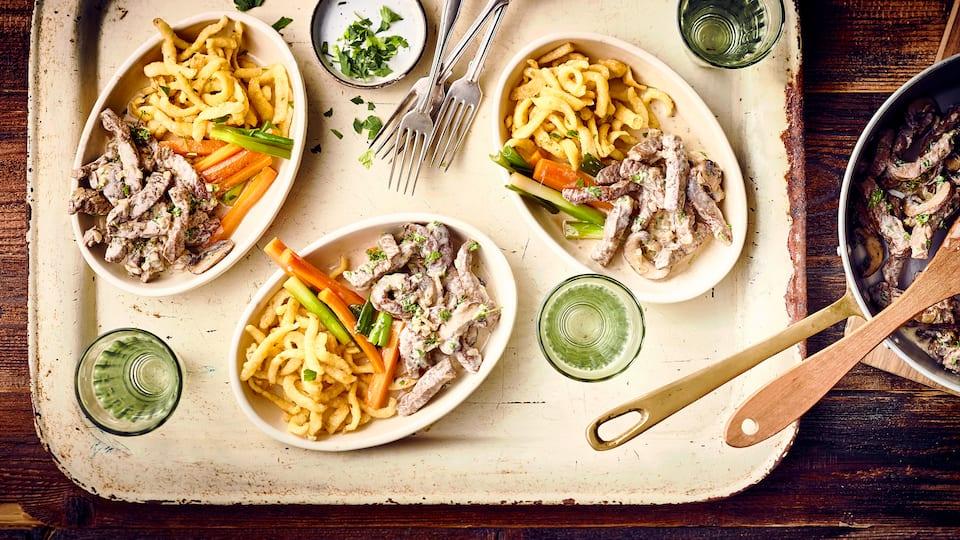 Klassisches Gericht für den Winter: Unser feines Kalbsgeschnetzeltes mit würzigem Karotten-Frühlingszwiebelgemüse aus der Pfanne und Spätzle!