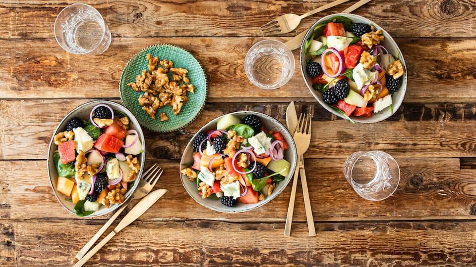 Unser Rezept für Melonen-Salat kombiniert köstliche Aromen: Viererlei Melone, Brombeeren, Spinat und Gorgonzola schmecken als Vorspeise oder leichtes Hauptgericht.