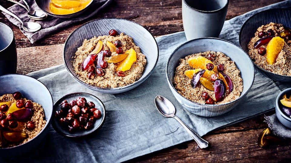 Porridge mal anders? Probieren Sie doch mal unseren Amaranth-Porridge mit Pflaumen, einer Orange und Haselnüssen für den perfekten Start in den Tag!