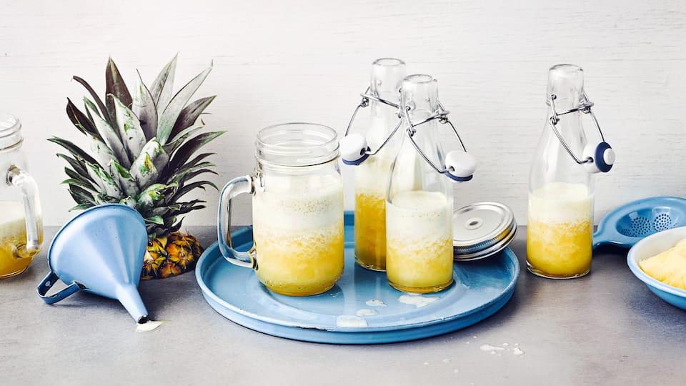 Unser Rezept für diesen exotischen Ananas-Apfel-Drink ist herrlich erfrischend und in nur 10 Minuten zubereitet – probieren Sie es gleich mal aus!