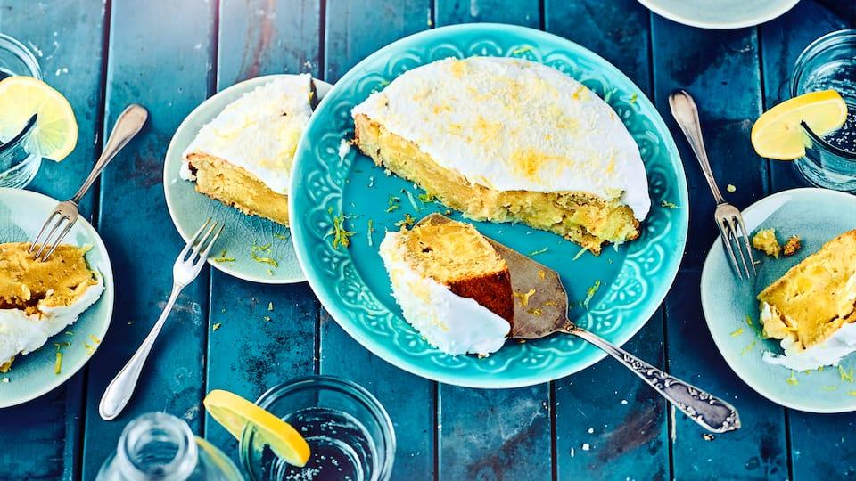 Saftig & Sommerlich: Unser exotischer Ananaskuchen mit Kokosmilch, Kokosraspeln, Banane und Pistazien schmeckt erfrischend nach Karibik.