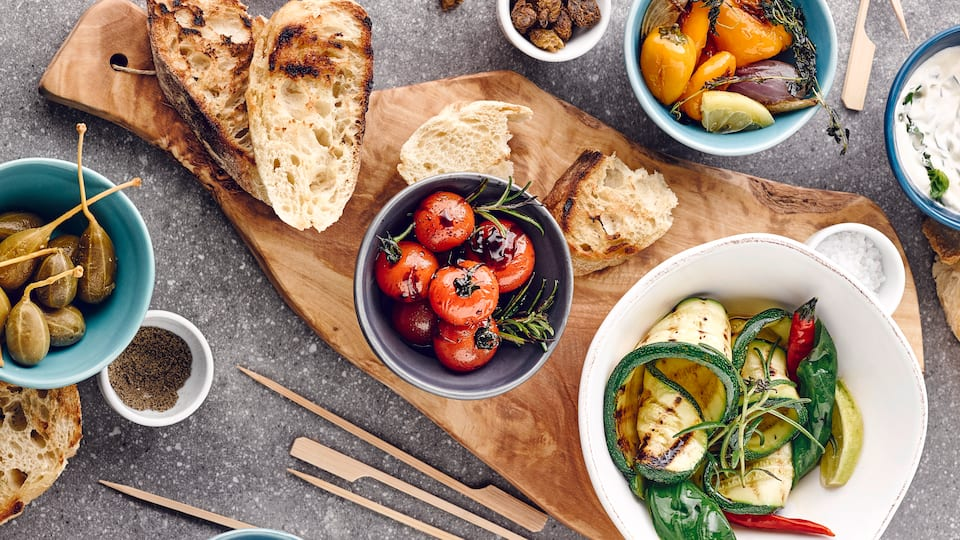 Typisch mediterrane Antipasti-Mischung mit Mini-Kartoffeln, Petersilienpesto, Kräuter-Dip, Zucchini und vielem mehr. Die perfekte Mischung für einen köstlichen Abend!