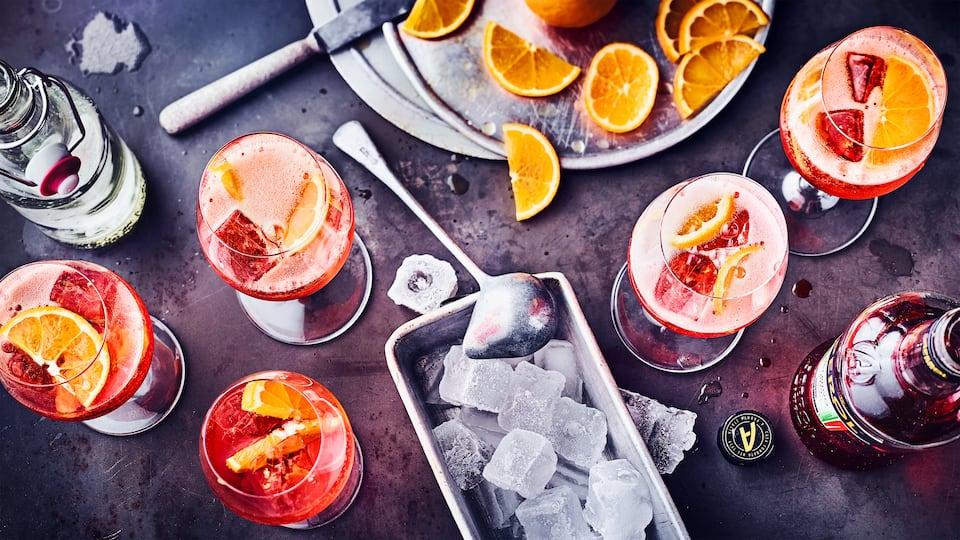 Das Aperol-Spritz-Rezept ist ein echter Klassiker und gehört unbedingt auf die Cocktailkarte Ihrer nächsten Party. So machen Sie den erfrischenden Cocktail selbst!
