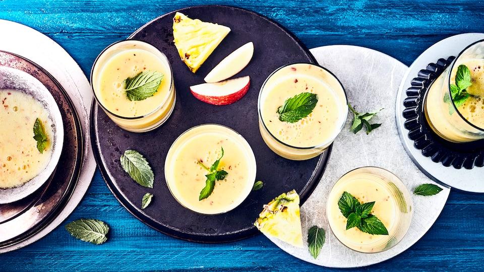 In unserem Ananas-Shake vereinen sich Joghurt, Äpfel und Ananasfruchtfleisch zu einer exotischen Köstlichkeit. Probieren Sie auch weitere Obstmischungen!