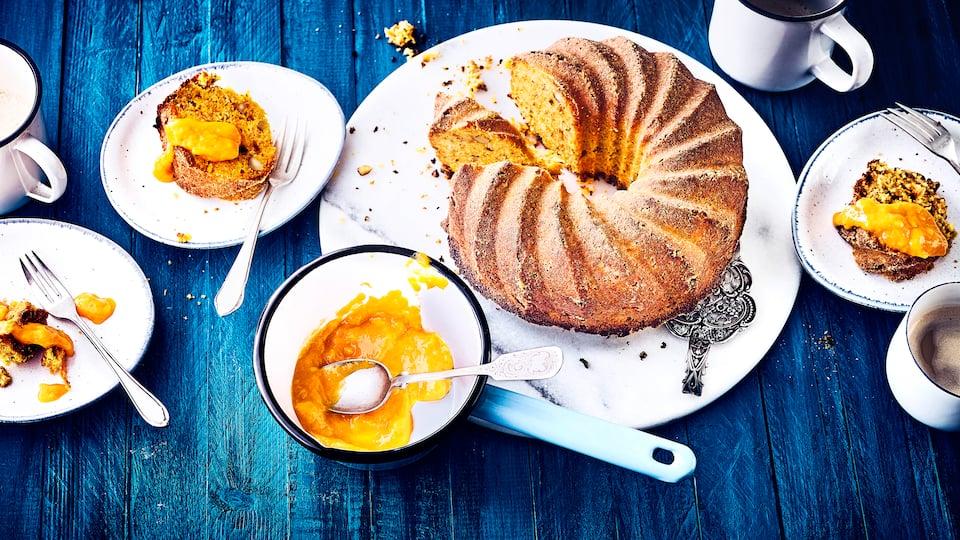 Backen Sie mithilfe unseres Rezepts einen leckeren Apfel-Möhren-Kuchen: Herrlich saftig und genau das Richtige für den Kaffeetisch im Herbst!