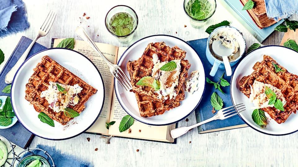Diese süße Mahlzeit schmeckt nicht nur Kindern gut: Probieren Sie die leckeren Müsliwaffeln mit einer zimtigen Apfel-Quark-Creme!