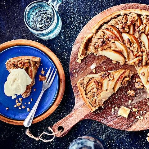 Wir servieren den Apfel-Walnuss-Kuchen am liebsten noch warm und kombinieren ihn mit leckerem Vanilleeis oder Vanillesahne.