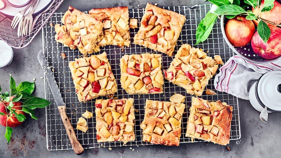 Was gibt es besseres als einen klassischen Apfelblechkuchen der noch warm auf den Tisch kommt? Mit Sahne dazu oder ohne, der Klassiker hat einfach immer Saison.