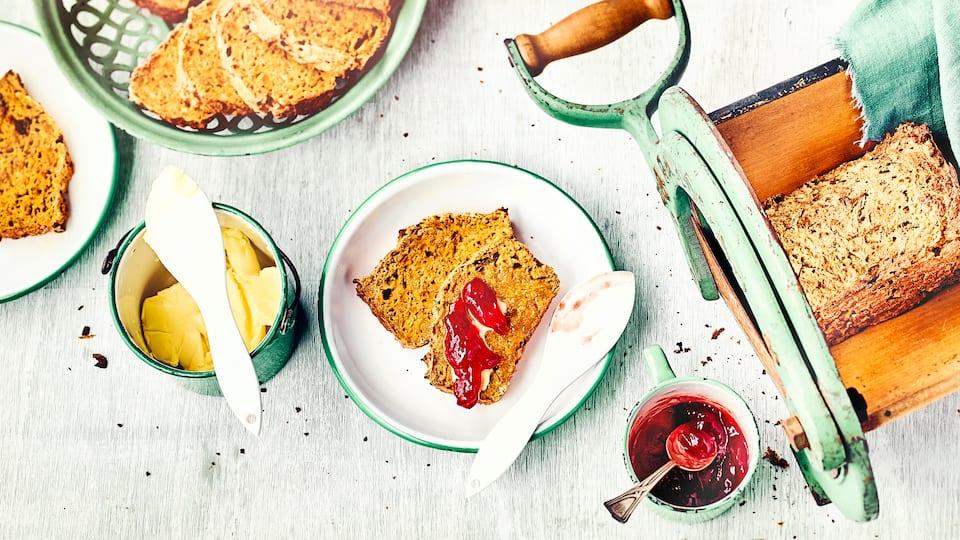 Eine fruchtige Alternative für den Morgen oder nachmittags zum Kaffeetisch: Unser selbstgemachtes Apfelbrot mit Nüssen, Ahornsirup und Feigen ist schön fruchtig und unglaublich lecker.