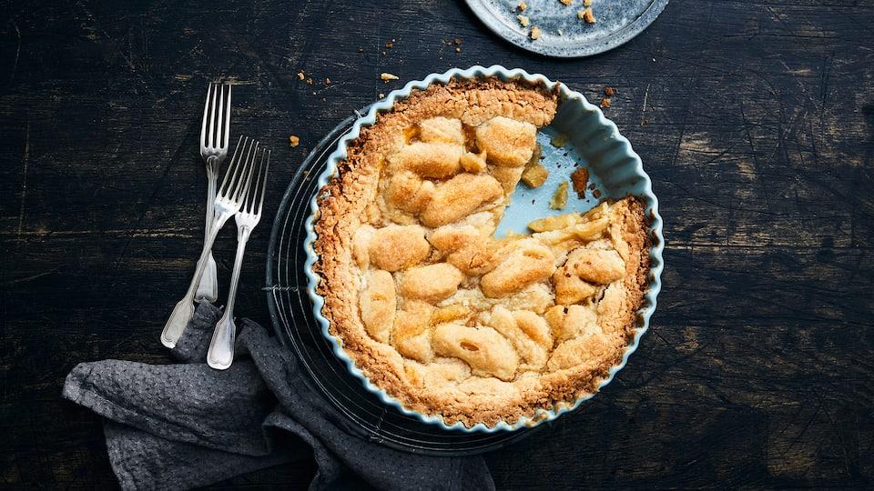 So unvergleichlich kann nur ein Apfelkuchen duften: Unser Apfelkuchen mit Knusperdeckel wird mit ganz viel Liebe gebacken und am besten in gemütlicher Runde verzehrt!