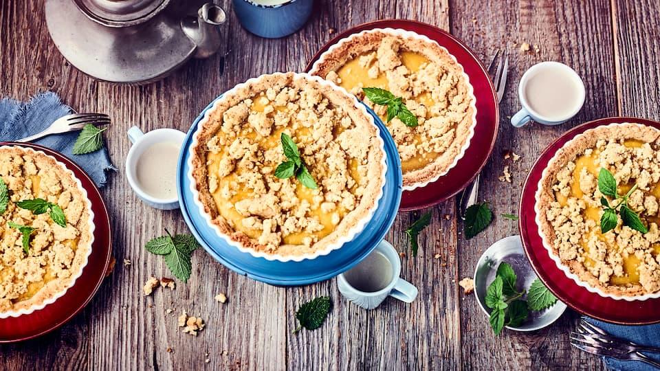 Der Apfelkuchen soll besonders saftig werden? In diesem Fall verwenden wir Haselnussmürbeteig, der mit Apfelmus mit Pudding und Streuseln belegt wird. Einfach lecker!