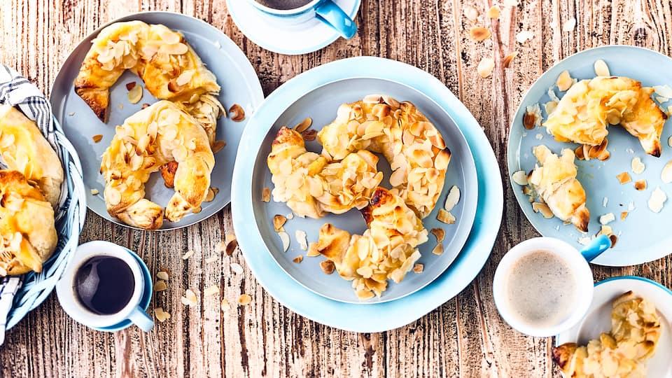 Selbstgemachte Apfelmus-Hörnchen sind die Kuchen-Alternative zum Kaffeetisch. Oder einfach mal als Snack zwischendurch: Einfach zum Reinbeißen!