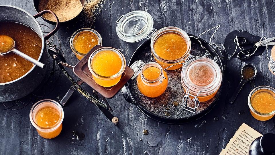 Unser Tipp für Sie: Selbstgemachte Aprikosenmarmelade lässt sich hervorragend durch getrocknete Lavendelblüten, Thymian oder Rosmarin verfeinern.