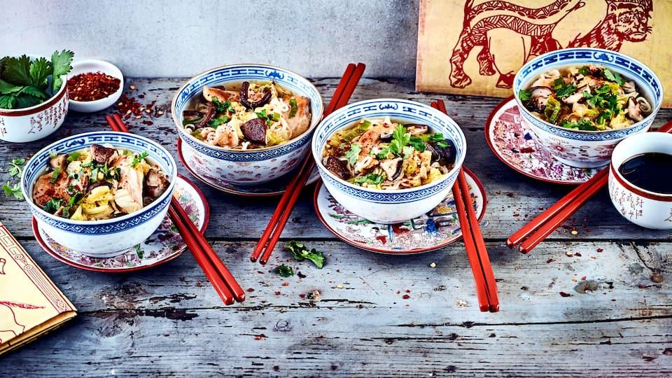 Ramensuppe gehört zu den beliebtesten Gerichten der japanischen Küche. Genießen Sie die dampfende asiatische Nudelsuppe, die sich ganz einfach individuell verfeinern lässt!
