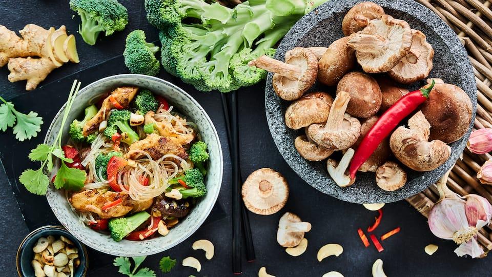 Genießen Sie unsere asiatische Wokpfanne mit Brokkoli ganz ohne Fleisch sondern mit veganem Fleischersatz und allerlei frischem Gemüse.