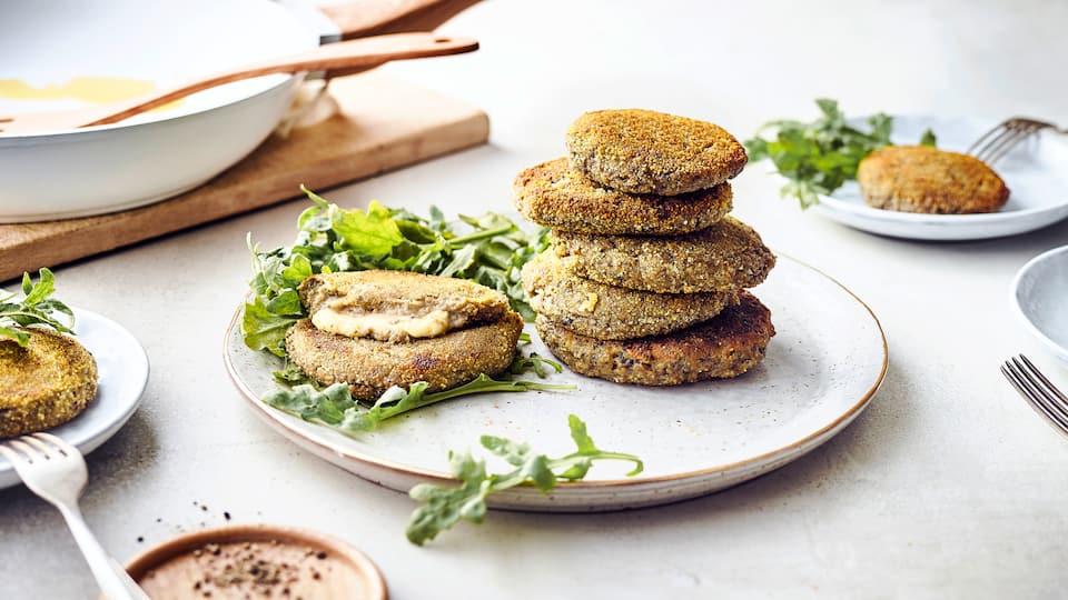 Unser Tipp für eine leckere Zwischenmahlzeit, die Sie in einer Stunde zubereitet haben: Probieren Sie unsere panierten Auberginenbratlinge gefüllt mit einer kleinen Mozzarellakugel!