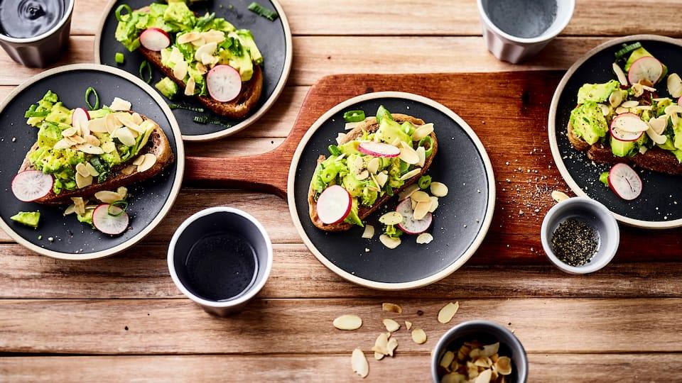 Verzaubern Sie Ihre Gäste mit dieser schmackhaften Vorspeise: Probieren Sie unsere Ciabatta-Bruschetta mit Avocado, Knoblauch, Radieschen und Mandelstiften – fertig in 25 Minuten!