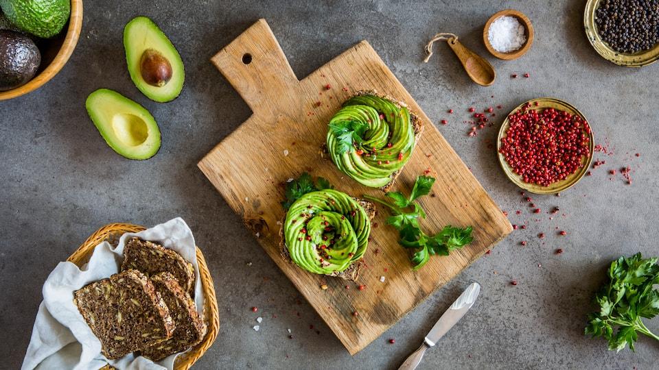 Suchen Sie einen veganen Snack? Probieren Sie einmal unsere Avocado-Röschen zusammen mit einem Brötchen mit frischen Tomaten, Balsamico-Essig, Zitrone und Mandeln – fertig in 20 Minuten!