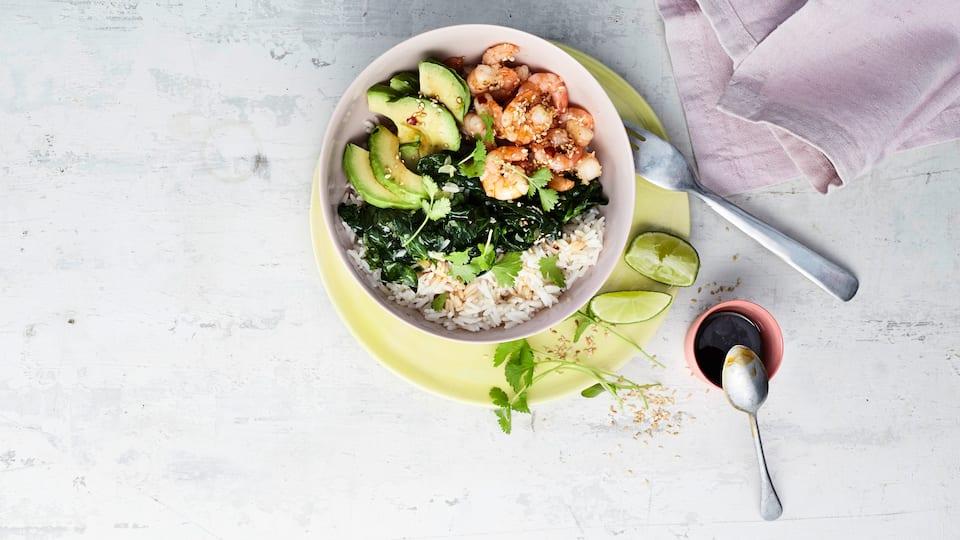Bowl-Gerichte sind praktisch und erfreuen Sie mit einem schönen Anblick: Probieren Sie unsere vegetarische Variante mit Avocado, Spinat und pikant gewürzten Sesam-Garnelen – fertig in 30 Minuten!