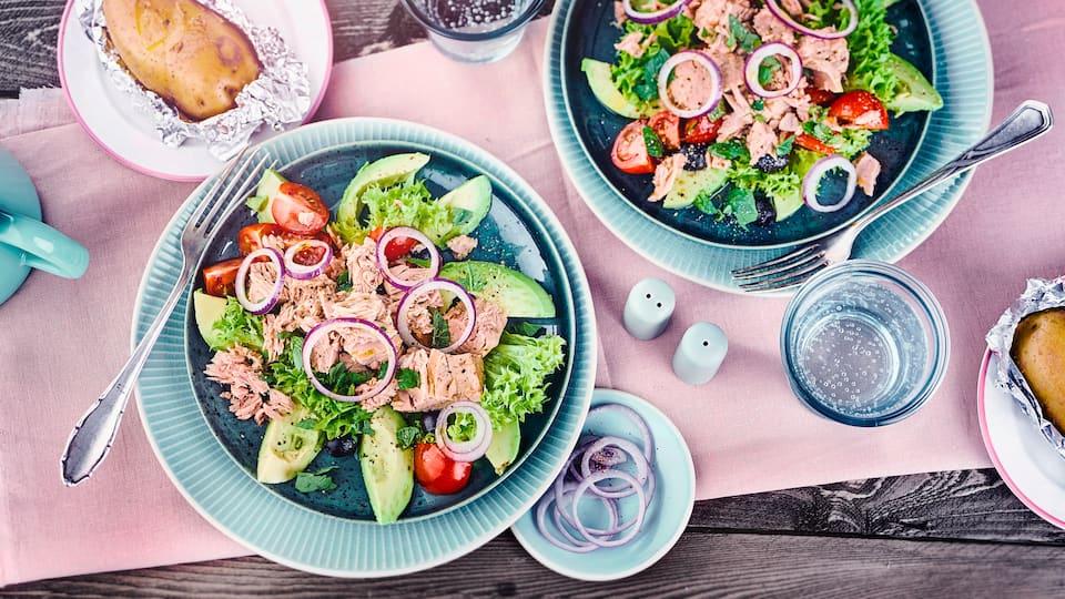 Mit unserem Rezept zaubern Sie in nur 10 Minuten einen laktosefreien Avocadosalat mit Thunfisch, roten Zwiebeln und Oliven auf den Tisch – gleich ausprobieren!