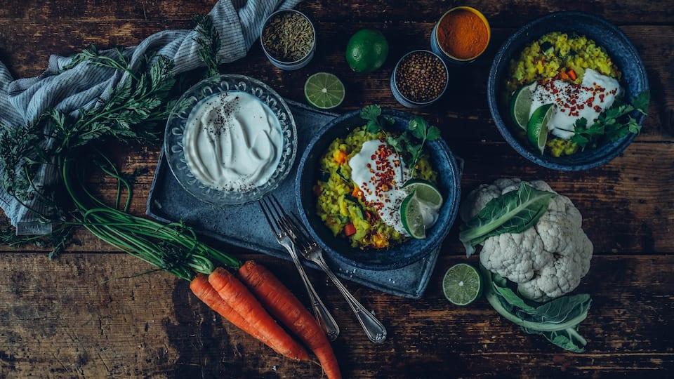 Ein einfaches, aber sehr leckeres Gericht der ayurvedischen Küche: Kitchari aus Linsen und Bohnen und allerlei frischem Gemüse.