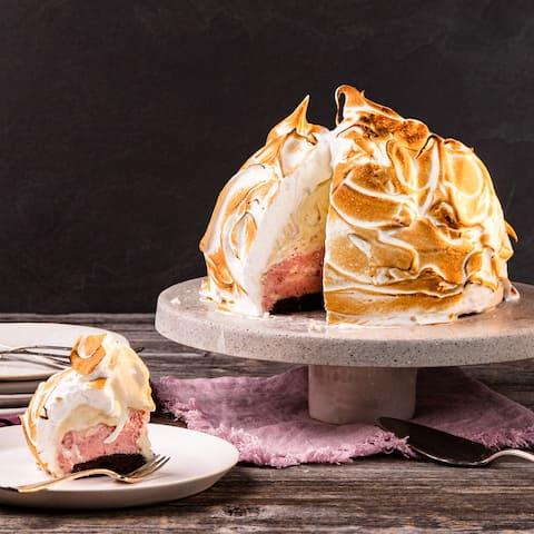 Sie brauchen Zeit und Geduld, aber das Ergebnis wird sich definitiv lohnen: Probieren Sie einmal Baked Alaska mit köstlichem Brownie-Boden, zweierlei selbstgemachter Eiscreme und einer Meringue-Schicht.