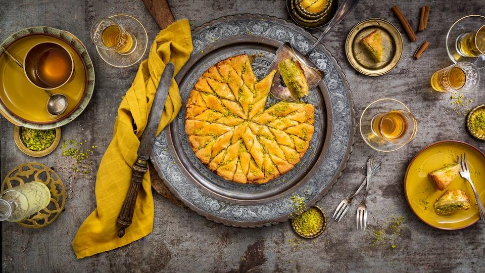 In der Türkei gehört es zur Kaffeehauskultur wie Mokka und Tee: Baklava! Das leckere arabische Gebäck aus Blätter- oder Filoteig und Pistazien macht sich auch hierzulande wunderbar auf der Kaffeetafel oder als Nachtisch nach einem herzhaften Essen.