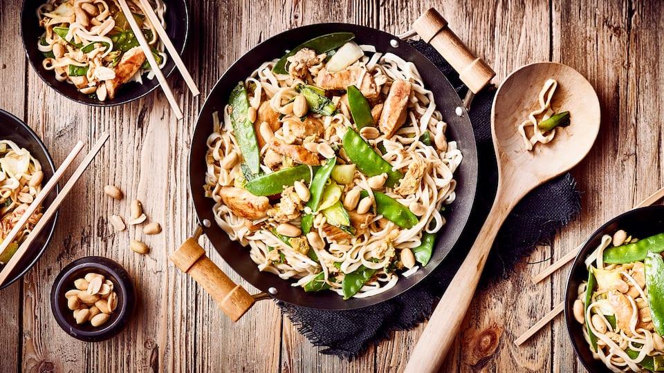 """Goreng bedeutet soviel wie """"gebraten"""" und Bami steht für Nudel. Bei Bami Goreng servieren wir Ihnen gebratene Nudeln mit Hähnchenfleisch und Gemüse."""