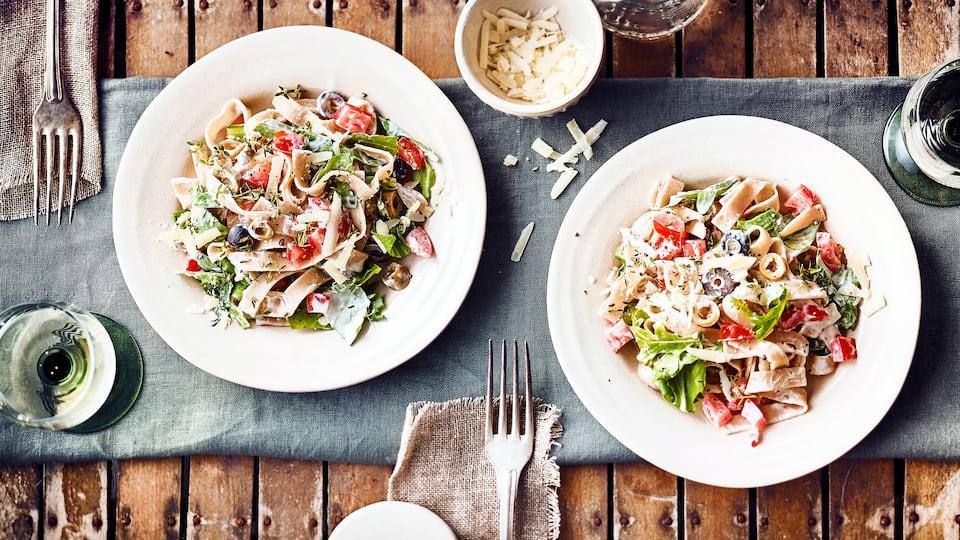 Einfach und super lecker: Vollkornnudeln mit Tomaten und Oliven in feiner Mascarponesauce. Dazu Parmesan und etwas Rucola.