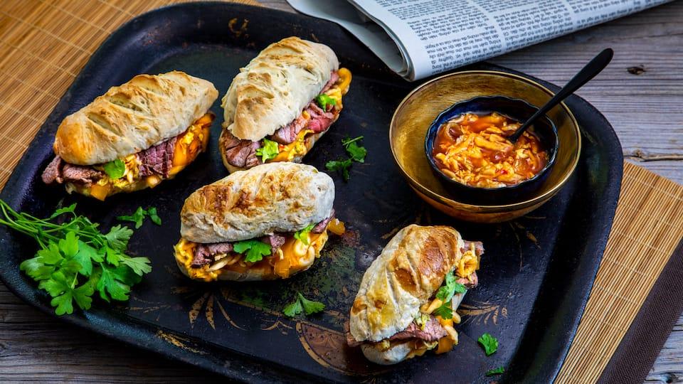 Mit unserem Bánh-mì-Rezept lernen Sie die Küche Vietnams kennen. Selbst gebackenes Brot kombinieren Sie dabei mit Rinderfilet, gelbem Rettich und aromatischer Soße.