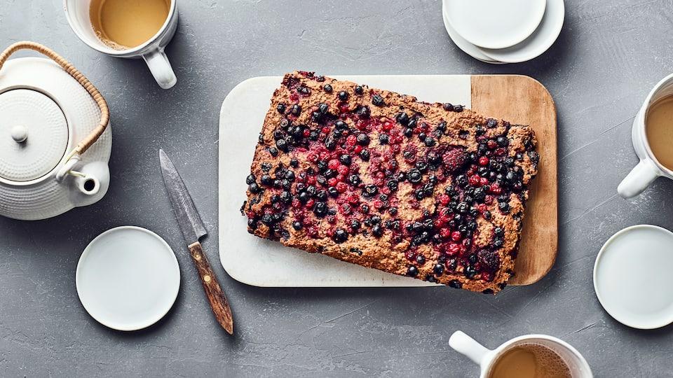 Wenn Sie Lust auf ein paar Clean-eating Rezepte haben und noch etwas fürs Frühstück suchen, sind Sie hier genau richtig: Unser Rezept für einen gesunden Frühstückskuchen mit frischen Beeren.