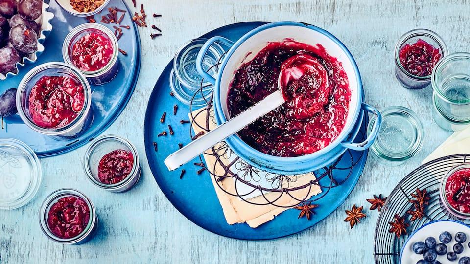 Probieren Sie das Rezept für unsere Beerentraum-Konfitüre aus und genießen Sie selbst gekochten Aufstrich aus Heidelbeeren, Pflaumen, Ingwer und Zimt!