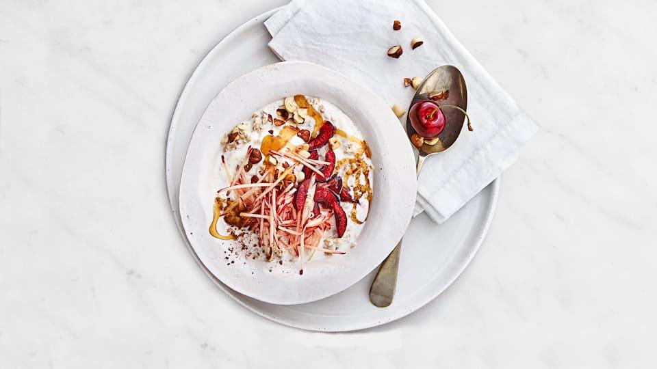 Wir wünschen einen guten Start in den Tag mit unserem leckeren Power-Birchermüsli mit allerlei frischem Obst und Honig.
