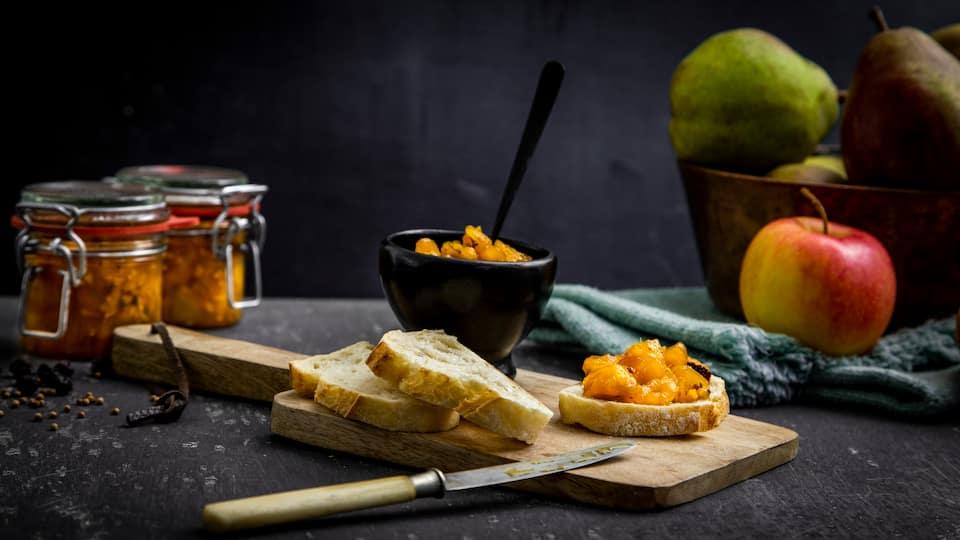 Unser selbstgemachtes Birnen-Apfel-Chutney-Rezept mit Ingwer und Ahornsirup ist besonders köstlich zu Weichkäse oder Ziegenfrischkäse. Oder natürlich zum Verschenken!