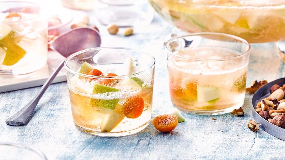 Unser Rezeptvorschlag für Ihre nächste Party: Fruchtige Bowle mit frischen Birnen und Physalis, abgeschmeckt mit Williams-Christ-Schnaps!