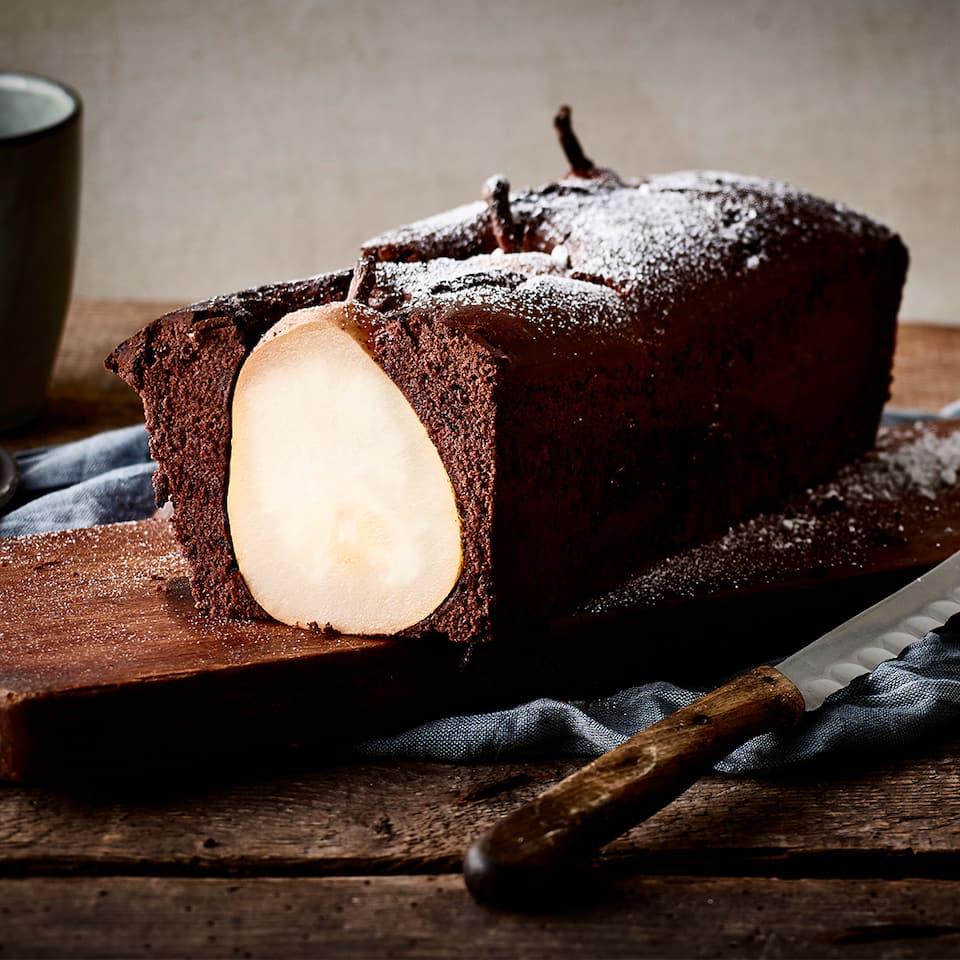 Ein köstlicher Kuchen in Kastenform mit ganzen Birnen und feiner Schokolade. Auch optisch ein wahres Higlight!