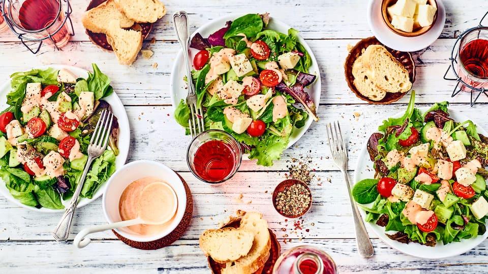 Schnelles Gericht für Zwischendurch oder als Vorspeise: Probieren Sie unseren Blattsalat mit Gurkenstückchen und Mozzarella an Joghurt-Dressing!
