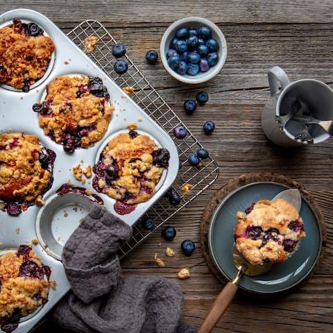 Viele Blaubeeren und ein leckeres Streusel-Topping machen unsere Blaubeer-Muffins unwiderstehlich!