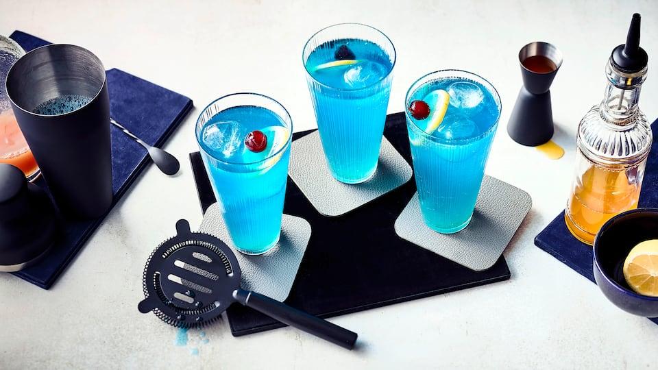 Fruchtig-frischer Drink für Ihre nächste Cocktailparty: Probieren Sie unseren Blue Ocean mit Maracujasirup und Tequila – in zehn Minuten zubereitet!