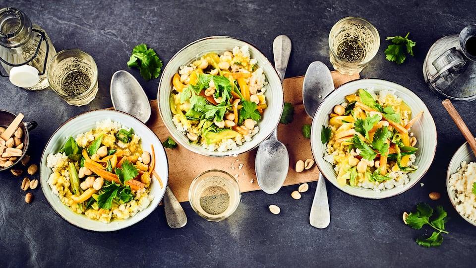 Blumenkohlreis ist vielseitig verwendbar und dazu richtig lecker. Ersetzen Sie doch einfach bei einem klassischen Curry einmal den Reis durch geschroteten Blumenkohl oder probieren Sie direkt unser Blumenkohlreis Curry mit Zuckerschoten, gelber Paprika, Karottenfritt und Koriander.