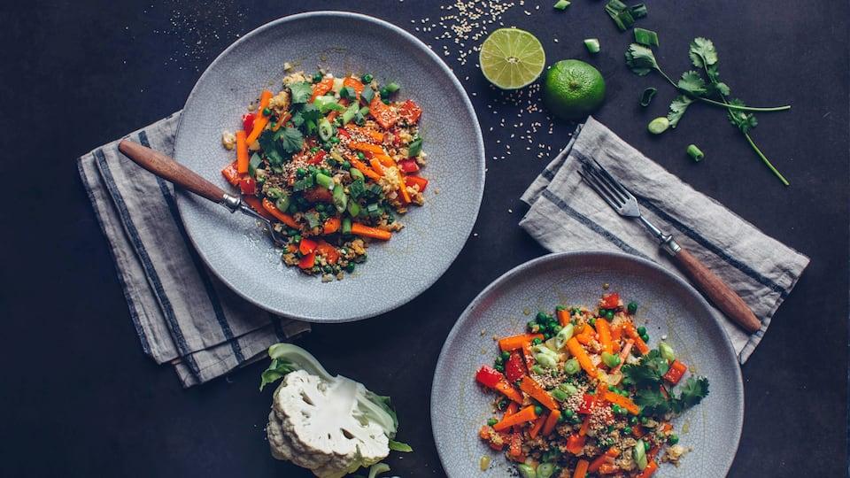 Selbstgemachter Blumenkohlreis mit viel frischem Gemüse und pikant gewürzt – ein super Low Carb Gericht, dass Sie unbedingt probieren müssen!