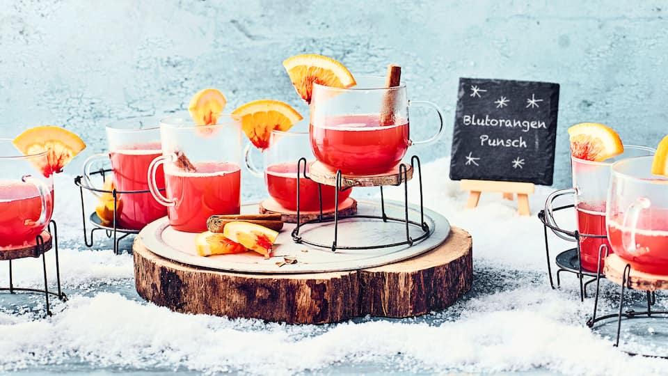 Punsch aus Früchtetee und Blutorangen, ideal für die Weihnachtszeit.