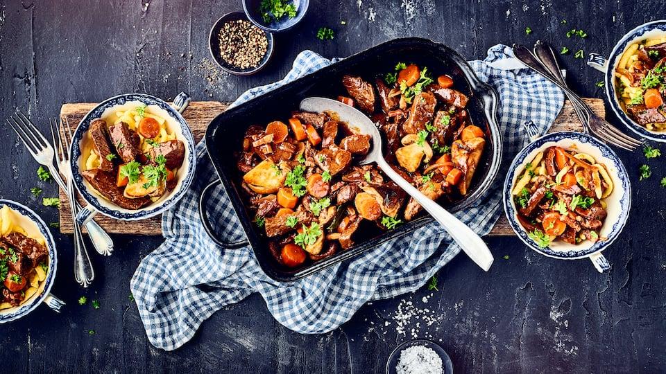 Rindfleisch und Burgunderwein: Dazu kommen neben Steinpilzen, Speck und Möhren noch jede Menge Gewürze und fertig ist das Fleischgericht aus Burgund.
