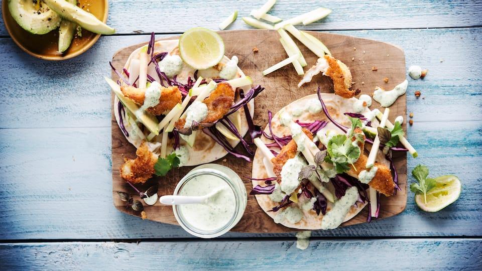 Köstliche Verführung aus Mexiko: Mit unserem Burrito-Rezept mit knusprigem Fischfilet, Äpfeln und Avocado schmeckt die mexikanische Küche gleich besonders gut!