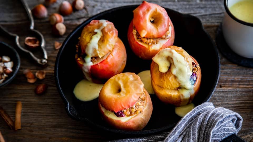 Draußen toben die Herbstwinde, das nasskalte Herbst- und Winterwetter drängt uns zurück in die warme Stube. Genau die richtige Stimmung für unser Bratapfel-Rezept. Der heiße Apfel gehört zu den Klassikern für kalte Tage.