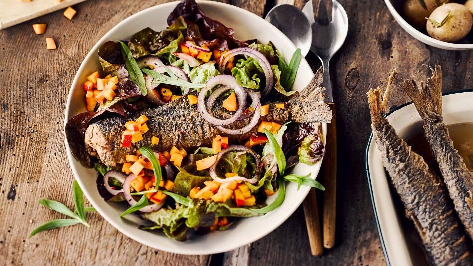 Wenn es einmal schnell gehen soll, ist unser Brathering-Rezept mit Pellkartoffeln und Salat genau das Richtige für Sie! Traditionelles einfach zubereitet!