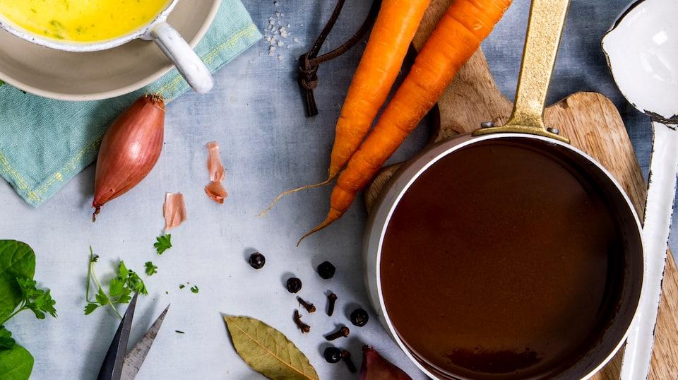 Wie geht eigentlich die perfekte Sauce? Mit viel Liebe und Hingabe entsteht unsere relativ einfache braune Jus, die Sie zu vielen Gerichten servieren können.