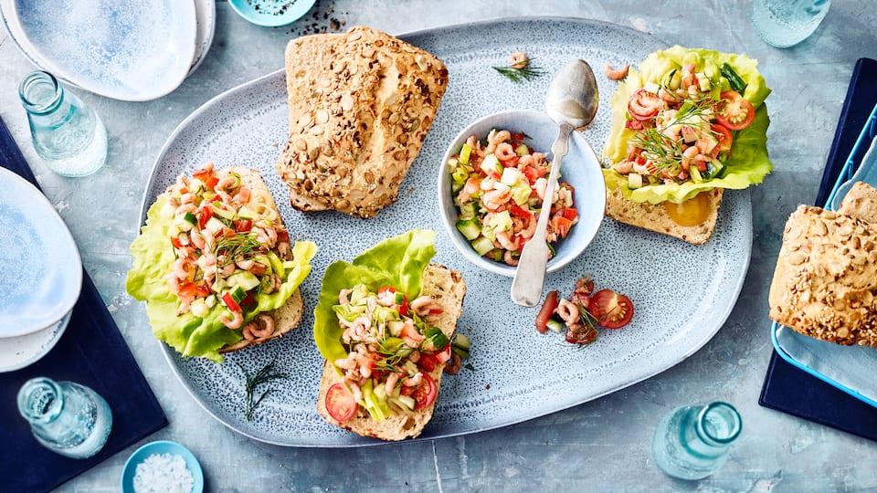 Ob zum Frühstück oder als Snack für Zwischendurch - Unser Rezept für leckere Brötchen mit Krabbensalat überzeugt jeden Meeresfrüchte-Fan!