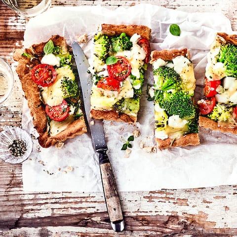 Probieren Sie unser Rezept für leckere vegetarische Brokkoli-Rucola-Quiches mit Brokkoli, sahnigem Frischkäse und süßen Tomaten aus.