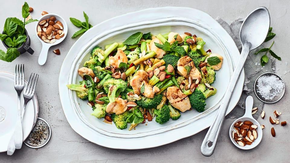 Wenn Sie auf der Suche nach einem frischen und leckeren Abendessen mit wenig Kohlenhydraten sind haben wir hier genau das Richtige: Brokkolisalat mit Hähnchenbrustfilet, Spargel und Mandeln.
